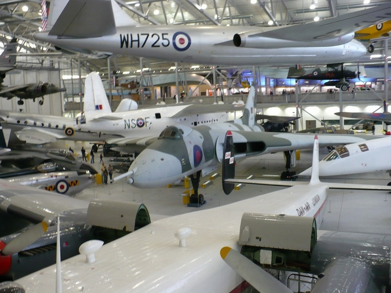 English Electric Canberra (u góry), Avro Vulcan